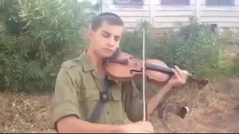 IDF Chareidi plays Sholom aleichem on violin