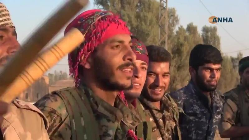 СДС весёлым танцем отмечают освобождение деревни аль-Зиба от ИГИЛ.