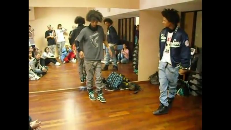 Двое парней круто танцуют под Dub