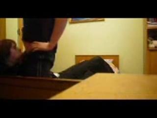 Леха установил скрытую камеру и заставляет свою подругу сосать, а она сопротивляется.