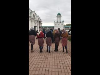 Монахи предпочитают видеть девушек в юбках