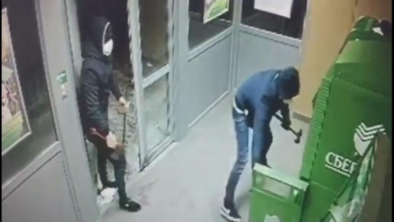 Магаданские молотобойцы предприняли неудачную попытку ограбить банкомат Сбербанка