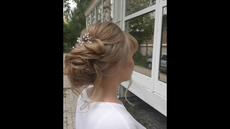 Прическа для очаровательной невесты Мариночки💍👰🎉 Низкий ассимметричный пучек украсили нежной жемчужной веточкой💕