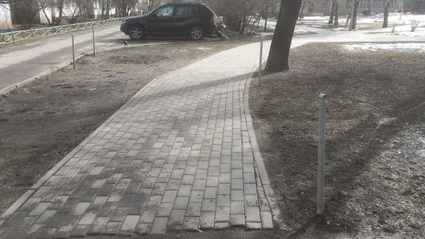 Ограждение газона отремонтировали на Новгородской улице