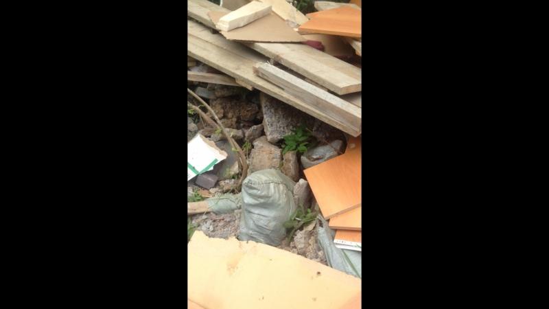 Грузим строительный мусор в самосвал на дачном участке