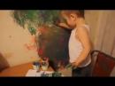 Мама даже не кричала на ребенка за то что он разрисовал стену красками