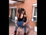 Две жопастые девочки дурачатся, засвечивают попки