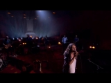 Sharon doet het podium daveren met haar versie van 'Turn Your Love Around'