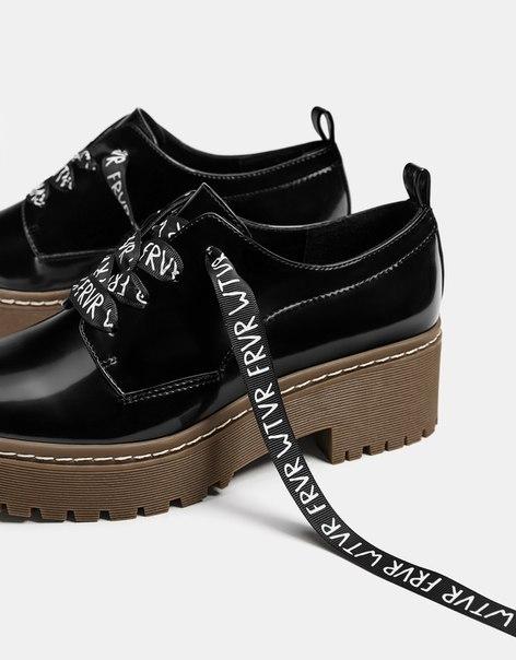 Лакированные туфли-блюхеры с надписями
