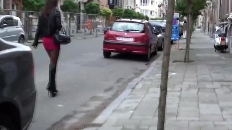 Красивая девочка на улице в коротком платье и чулках. Чуть не спалила.