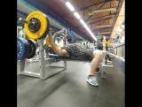 Инструктор по скалолазанию «MARINA CLUB» Никита Кротов совершенствует свои спортивные навыки в поднятии штанги