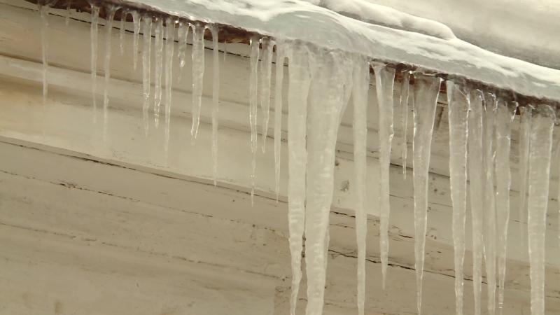 Как избежать трагедии при активном таянии снега и льда на крышах