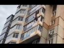 Упал на асфальт с высоты 10-го этажа