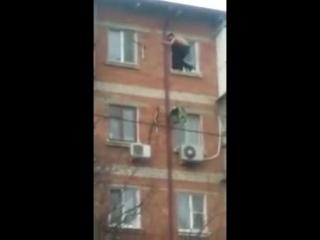 Вмазались и решили полетать с 5 этажа .К нарикам пришли гости в погонах