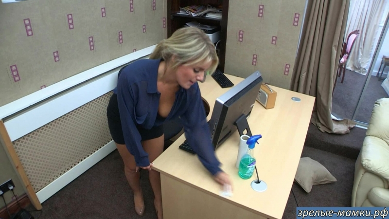14-Плохой начальник трахал секретаршу на мамкином столе а маме теперь отирать сперму боса