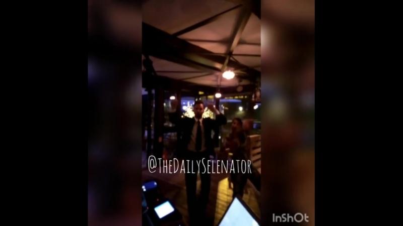 Селена с друзьями в ресторане Рима, Италия (20 июня 2018)