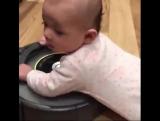 У этого гениального малыша нет причин учиться ходить 😂😂😂