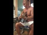 Мужик круто поет и играет на гитаре