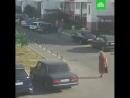 Vesti24В Краснодаре дикая жара в припаркованном авто взорвался газовый баллон Летящие во все стороны обломки машины чудом не з