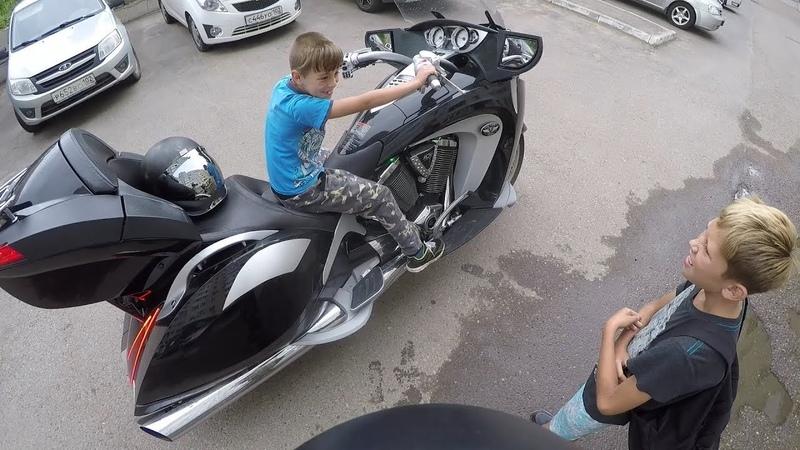 Когда дядя дал покататься на мотоцикле а тебе 10 лет
