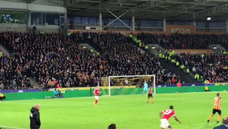 Фанаты «Халла» остановили матч с «Ноттингемом», забросав поле теннисными мячами