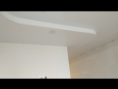 Двухуровневый потолок одним полотном переходящий из коридора в кухню. 9 точечных светильников. Нижний уровень белое матов