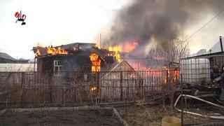 У пылающего дома эффектно рушится крыша. Real video