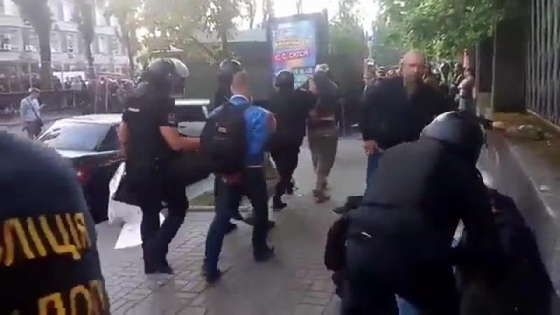 Противников гей-парада, задержанных в Киеве, пакуют в автозак. Теперь Украина - это страна