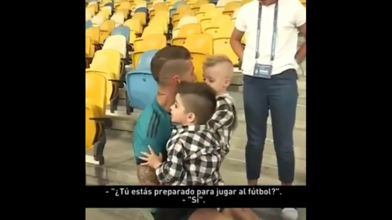 Sergioramos.ro Sergio jugando con sus hijos después del entrenamiento