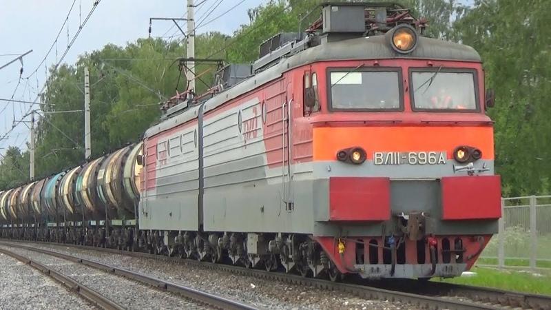Приветливая бригада на электровозе ВЛ11-696 с грузовым поездом:-)