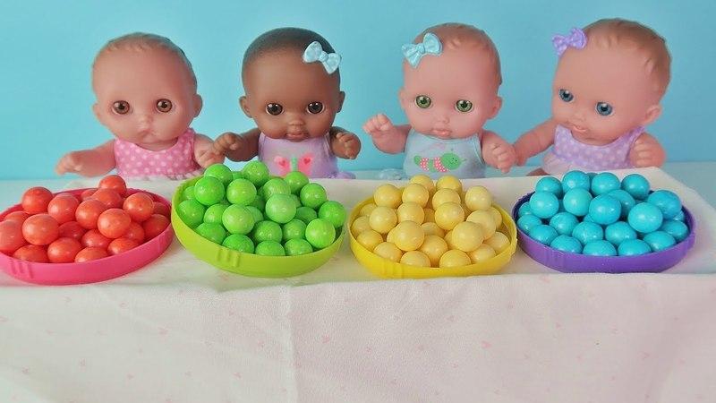 Куклы Пупсики поют Песенка про пальчики и цвета Finger Family. Играют с цветными шариками/Зырики ТВ