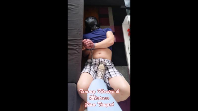 Trampling vor der Couch mit Maske