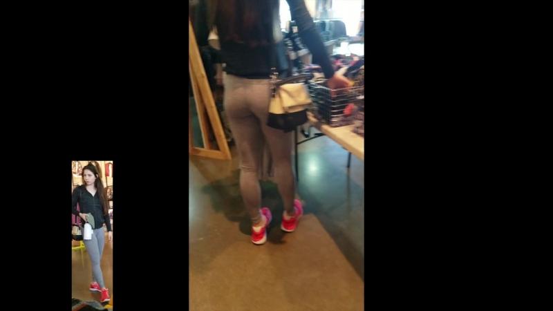 Сексуальная девочка в серых спортивных штанах и её прелести