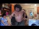 Голые танцы и драки: пьяный батя набирает популярность в Сети