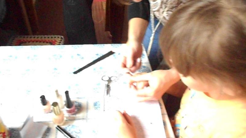 DSCN0297 внучки красят ногти