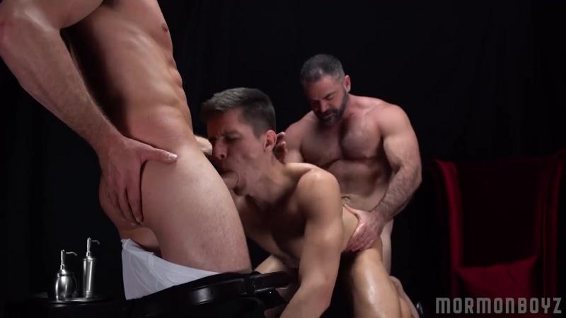 Послушный парень участвует в гей сексе втроем mp4