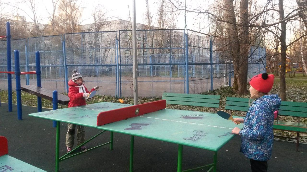 пинг-понг на спортивной площадке