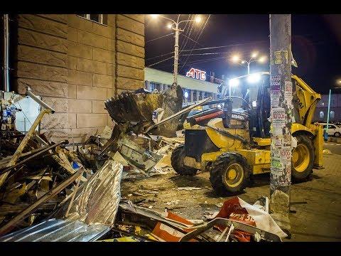 Тракторами под покровом ночи в Днепре на Привокзальной площади рушили МАФы