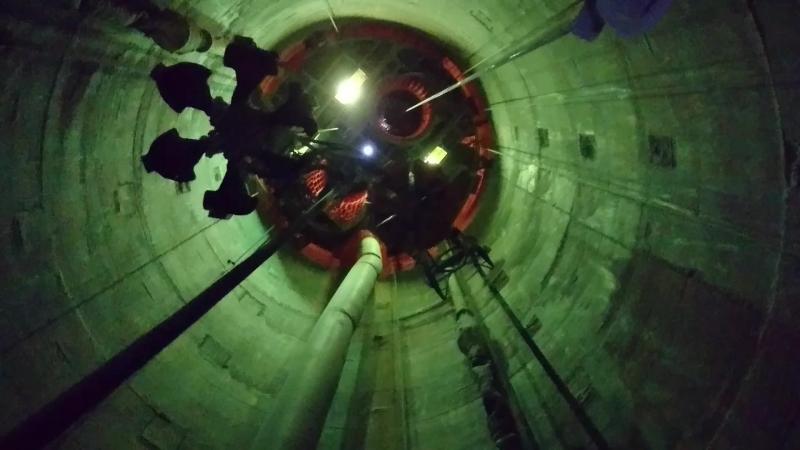 Спуск в недра ствола строящегося калийного рудника в Туркмении.