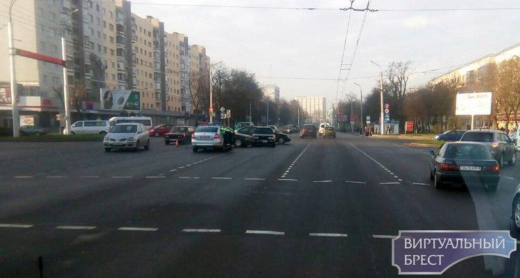 """В Бресте на перекрёстке встретились """"стартун"""" и """"проскочун"""""""