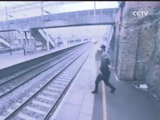 Камера сняла, как девушка удержала самоубийцу за мгновение до прыжка под поезд