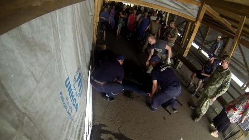 Девушка из Горловки упала в обморок Камера наблюдения КПВВ Майорское