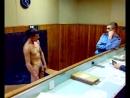 Пьяный с голым писюном в милиции