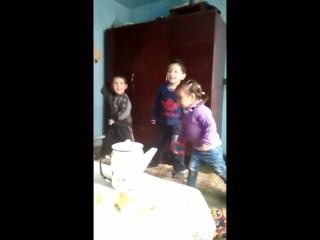 Аяшка танцует