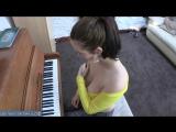Пьяная девушка играет на пианино с голой грудью