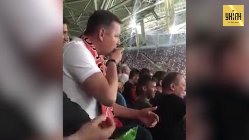 Олег Ляшко на стадіоні їв насіння і плював собі під ноги