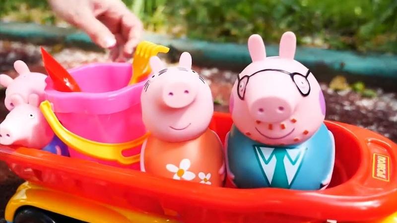 Peppa Pig e Maria giocano con le formine di sabbia - Video divertenti per bambini