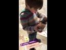 Шеп кормит курочек из истории Женевьев на Инстаграме