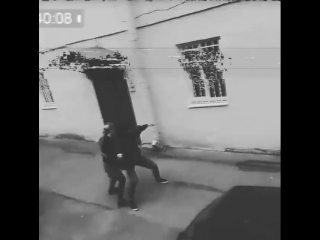 Хэлп, товарищи! На нашего оператора бэкстейджа напали! Необходимо опознать грабителя😨😨😨😨😨#help #surveillance #robbery #скрытаяк