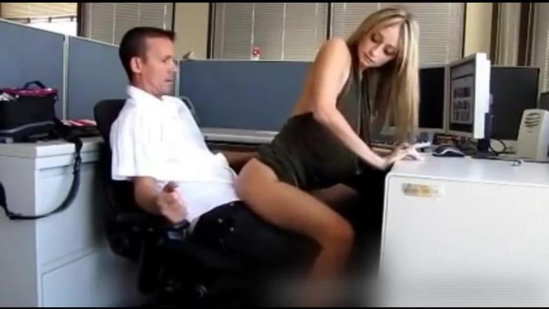 Трахнул блондинку секретаршу на работе, порно скрытая камера